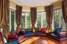 runde sitzecke mit polster und kissen arabische