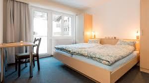 schlafzimmer mit zwei betten in der 4 zimmerwohnung mit
