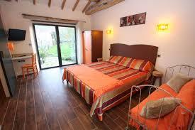 chambre accessible handicapé chambre orange gite de la godetière en vendée