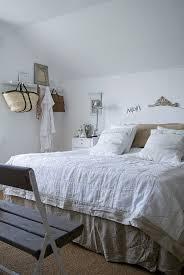 doppelbett mit leinenbettwäsche in bild kaufen
