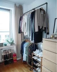 alles an seinem platz schlafzimmer kleiderstange