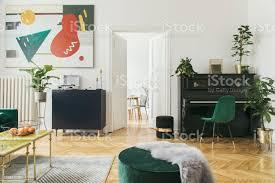 luxus und moderne wohngebäude mit designmöbel sessel tische hocker und accessroies viele pflanzen auf dem klavier blick auf das esszimmer stilvolle