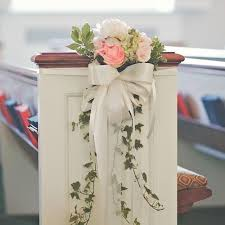 Love the gentle touch of this pew decoration Bye bye big gaudy bows