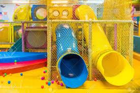 aire de jeux à l intérieur parc d attractions pour les enfants