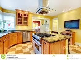 tv dans cuisine pièce de cuisine avec la tv image stock image du meublé meubles