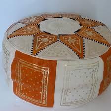 pouf marocain en cuir doré beige et orange maison du tadelackt