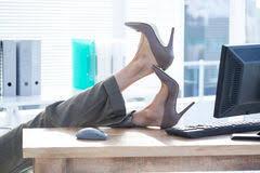 sur le bureau femme d affaires s asseyant avec des pieds sur le bureau photos