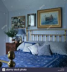 bilder über messingbett mit blauen weiße kissen und