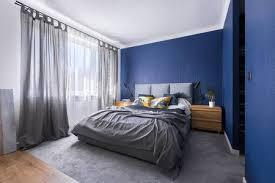 modernes kobaltblaues schlafzimmer mit doppelbett grauer