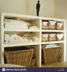 ablagefläche im badezimmer mit gefaltete handtücher und