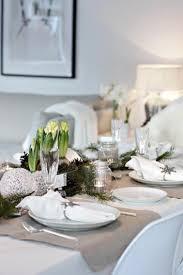 déco table de noël avec vaisselle blanche et argent