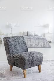 graue sessel auf teppich innen weiße schlafzimmer mit kissen im bett zwischen den len echtes foto stockfoto und mehr bilder bettbezug