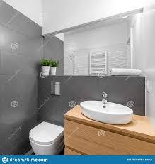 modernes graues badezimmer in grauem und in weißem stockfoto