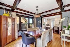 großes esszimmer interieur mit antiken möbeln rustikalen tisch und stühle mit weißen abdeckungen im alten stil schrank auch vintage stil