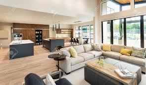 schöne wohnzimmer interieur im neuen luxus haus mit blick auf küche home interior mit parkettböden und offene grundriss zeigt esszimmer küche und