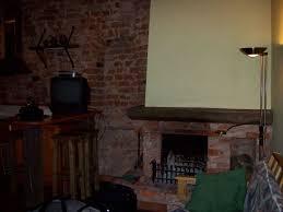 kamin und thresen mit fernseher im wohn esszimmer hotel