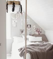 deco chambre boheme design interieur chambre boheme couverture grise lustre plumes déco