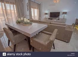 wohnzimmer wohnzimmer mit esstisch in luxus apartment zeigen