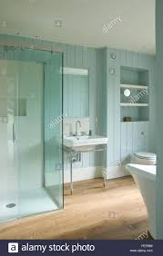 blau grün pastell duschkabine bad fußboden aus holz
