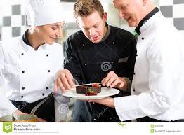equipe de cuisine équipe de chef dans la cuisine de restaurant avec le dessert image