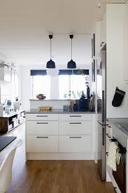 schwarz weiße küche mit tresen zum bild kaufen