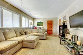 natürliche farben elegantes wohnzimmer mit tv und großem sofa