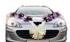 mariage une voiture bien décorée pour les mariés