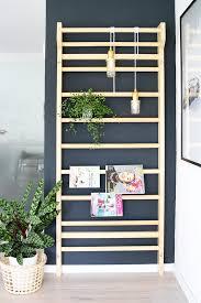 einrichten eine sprossenwand als deko im wohnzimmer einsetzen