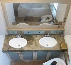 badezimmerschränke aus glas und holz tischplatte aus
