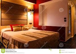 modernes warmes einladendes schlafzimmer oder hotelzimmer