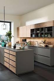 graue küche mit kochinsel und holz optik akzenten grey