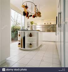 moderne weißer küche mit weiß gefliesten boden und hängenden