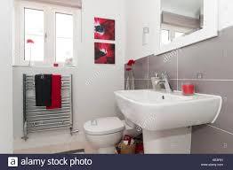 eigenes bad mit chrom handtuch heizkörper stockfotografie