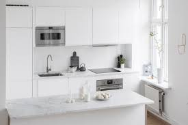 großes wohnzimmer mit offener küche und treppe wohnideen