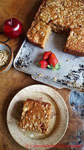 granola breakfast cake mit äpfeln und erdbeeren
