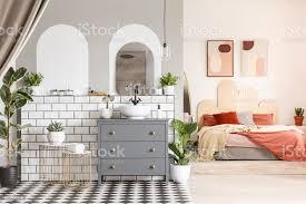 pflanzen neben grau schrank innen offener raum mit orange schlafzimmer und bad echtes foto stockfoto und mehr bilder arkade