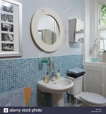 runder weißer spiegel über dem waschbecken im badezimmer mit