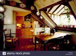kiefer tisch und stühle im 70er jahre dachboden küche und