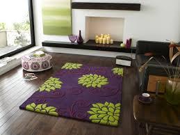 teppich blumenmuster lila grün wohnzimmer dielenboden