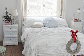 Inspiring White Christmas Bedroom Design Ideas