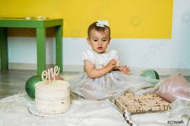 foto auf lager umweltfreundliches baby erste geburtstagsparty mit kuchen 1 geburtstag ideen mit natürlicher dekoration nachhaltige