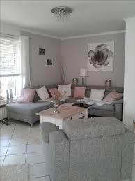 wohnzimmer in grau weiß und farbtupfer in matt rosa