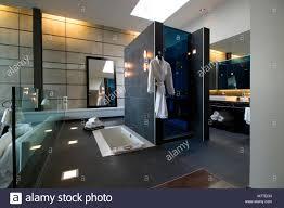 eigenes bad mit dunkelgrauen fliesen badewanne und dusche