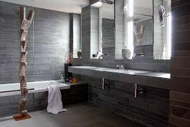 graues badezimmer mit steinfliesen am bild kaufen