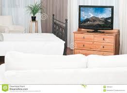 fernseher im schlafzimmer stockbild bild lebensstil