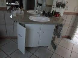 bad unterschrank mit marmor platte und waschbecken