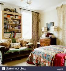 sofa und bücherregal im schlafzimmer stockfotografie alamy
