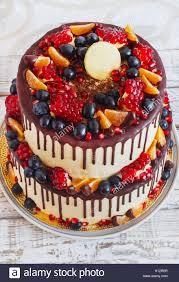 multi tiered kuchen mit früchten und schokolade