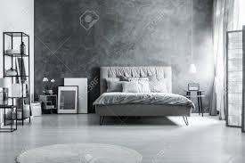 modernes schlafzimmer mit einfachen möbeln grauen betten und weichem kopfteil