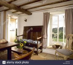 landhaus esszimmer mit holzbalkendecke sofa sitzbank